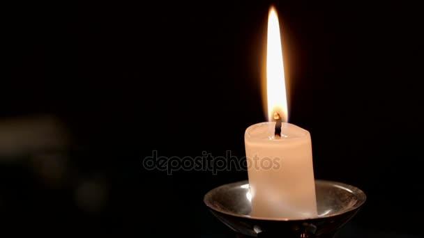 Zblízka pohled z hořící svíčka s Flame pro vaše různé náboženské, romantické a meditativní projekty