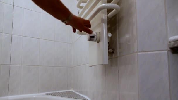 Witte handdoekradiator in de badkamer — Stockvideo © Flik47 #153871180