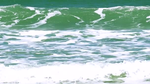Generációs megtekintése és összetörő hullámok a lapos homokos strand gyönyörű közelről