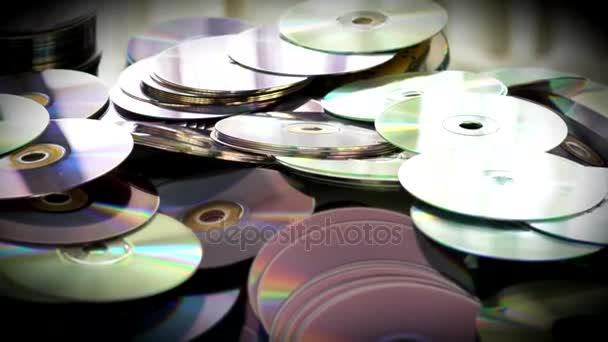 gebläute Videos von CDs und DVDs liegen auf dem Tisch