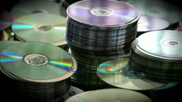 DVD- oder CD-Schallplatten stapeln sich auf dem Tisch