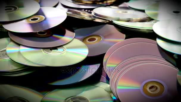 CDs und DVDs auf dem Tisch verstreut