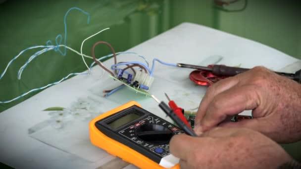 Starší muž kontrola elektronických součástek