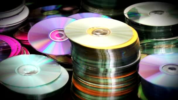 stapelweise kompakte optische DVDs oder CDs, die auf dem Tisch stehen