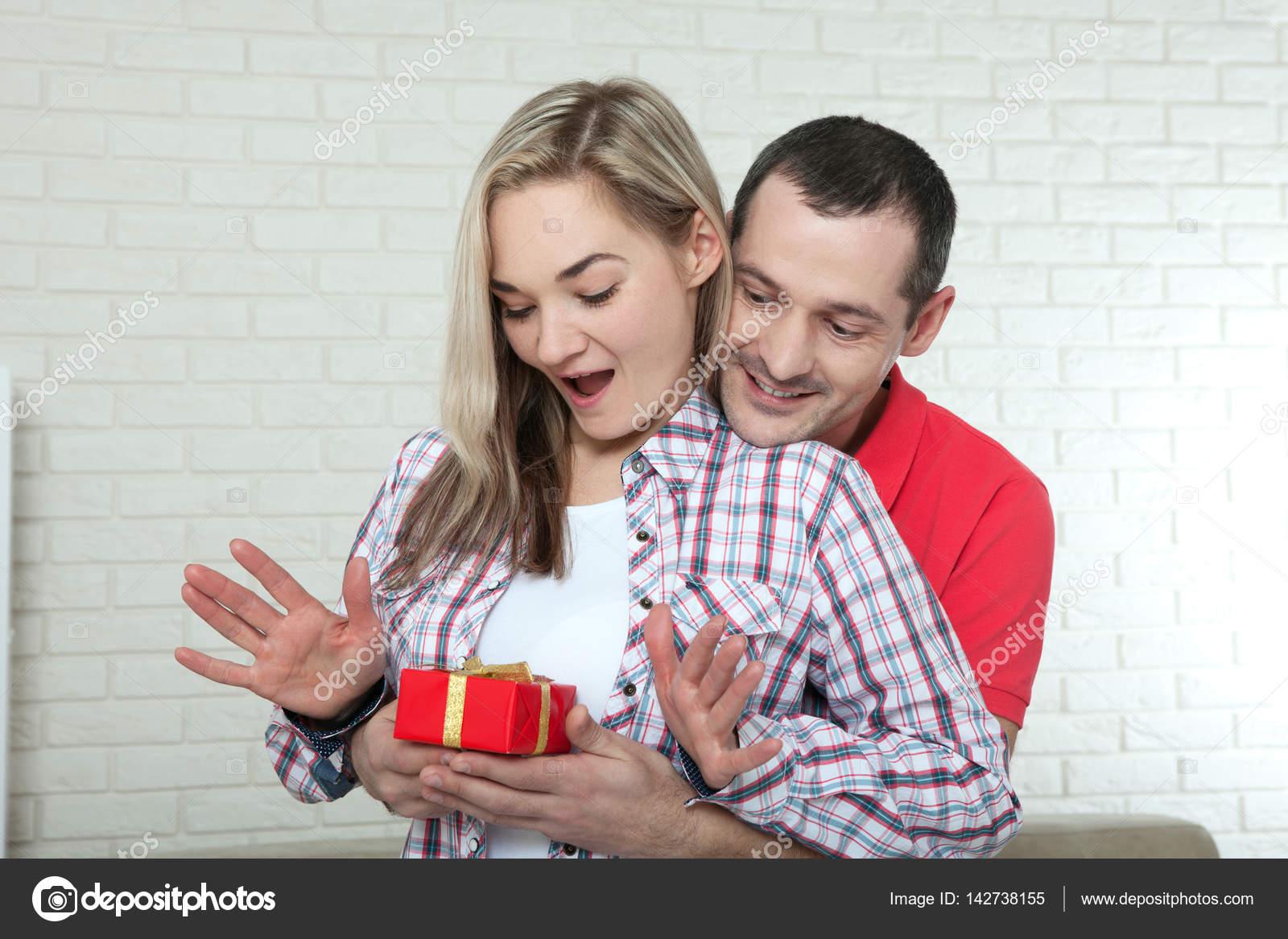 Valentinstag oder Weihnachten Konzept - junge Frau Eröffnung ...