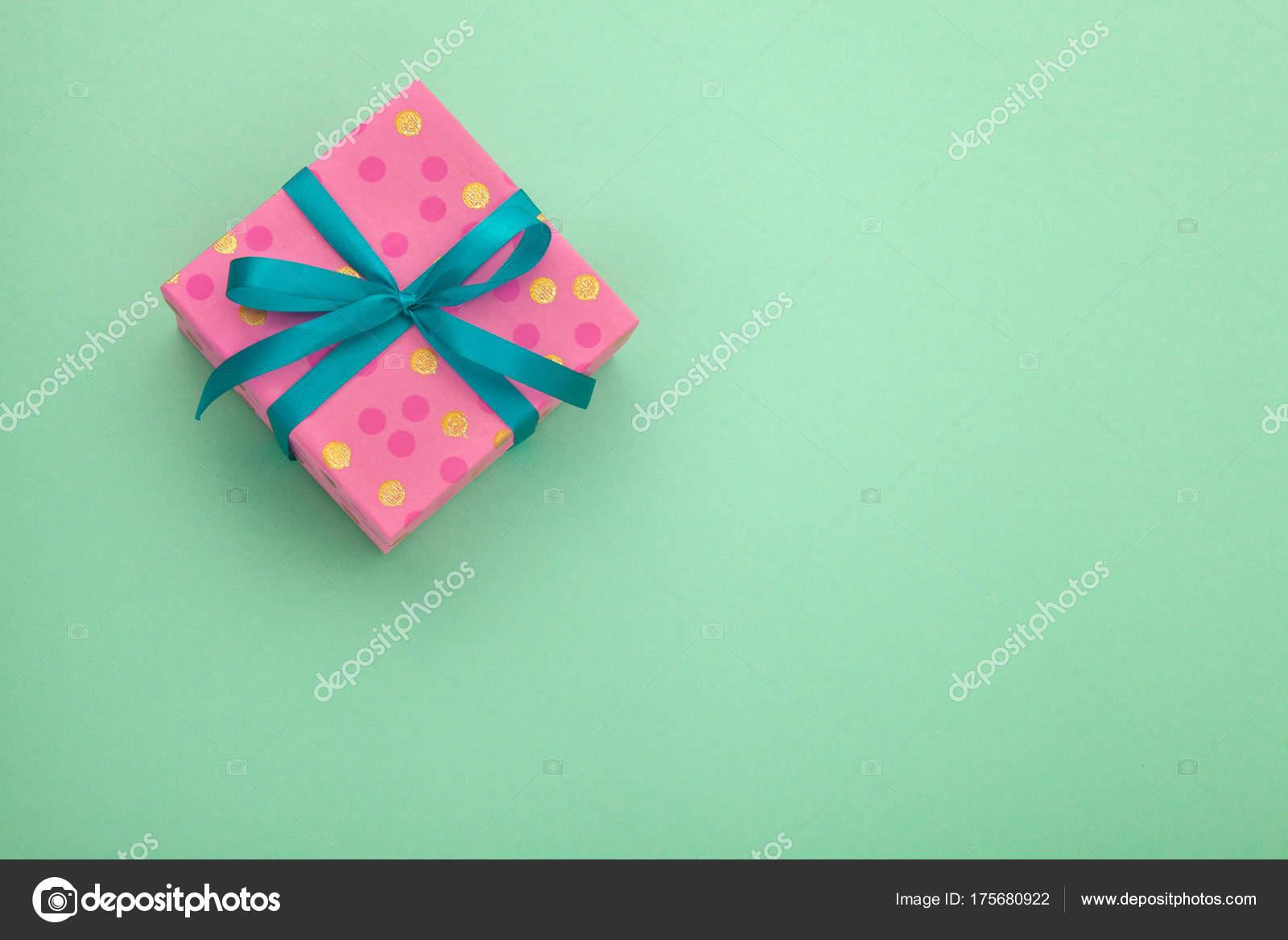 boîte de cadeau rose de papier craft avec en cadeau pour noël