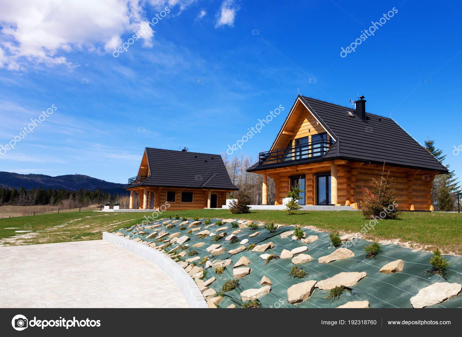 Un complesso residenziale di case in legno moderne foto for Case legno moderne