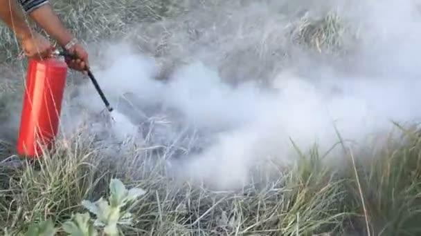 Hašení ohně s hasicí přístroj