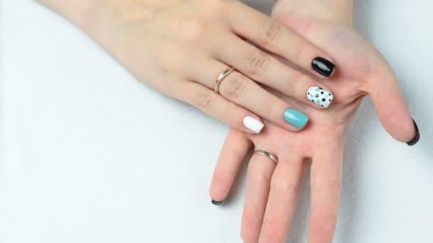 Ženská ruka s trendy manikúru. Nehtový design na bílém pozadí detail