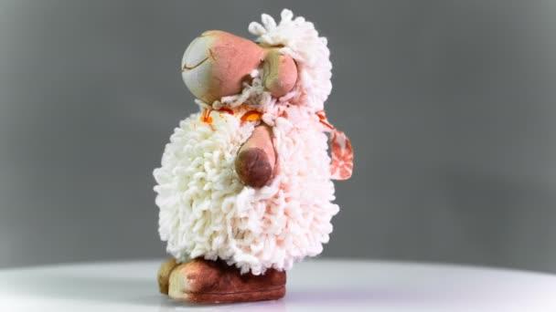pecore del fumetto giocattolo ruota lentamente closeup