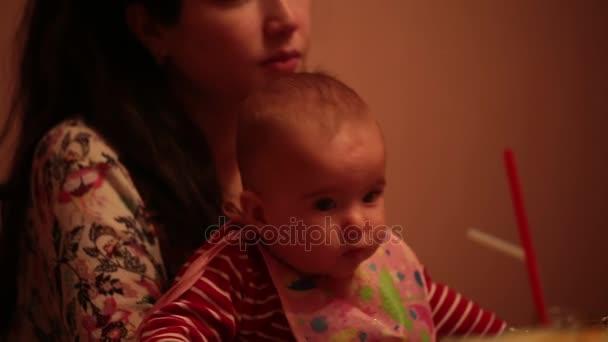 Miminka v náručí své matky