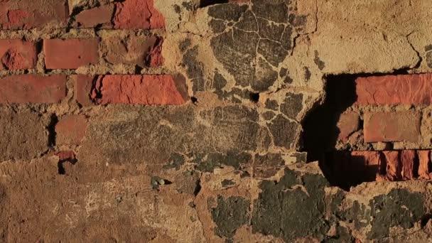 Staré zdi z červených cihel a zničení omítky