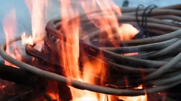 Palba drátu v ohni