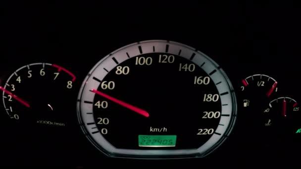 Tachimetro dellautomobile durante la guida