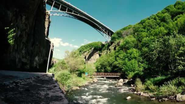Most přes rokli v městě Jermuk