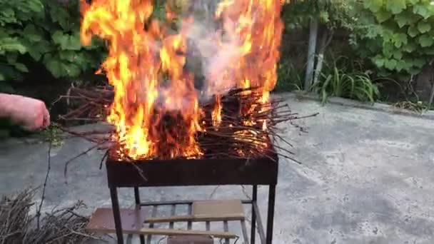 požár v grilu