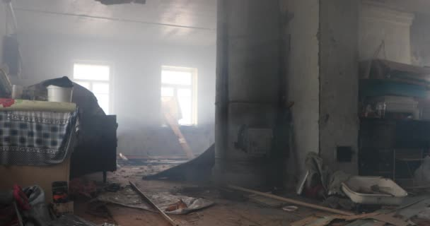 Binnen vernietigd een oude verlaten rook huis statische opname