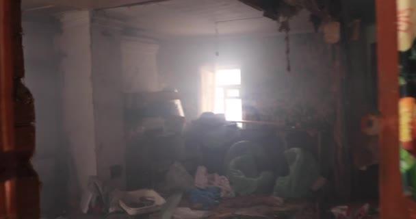 Binnen vernietigd een oude verlaten rook huis beweging met de