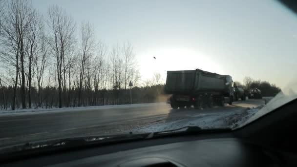 traffico sulla strada del paese di inverno. video al rallentatore