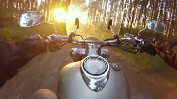 Jízda na motorce přes les