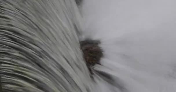 kleiner Wasserfall bewölkten Tag eingefroren