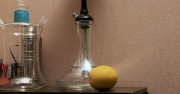 Vodní dýmka příslušenství na stole. Plynulému pohybu odkaz vlevo