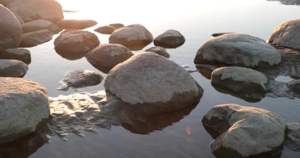 pobřeží složené z velkých kamenů