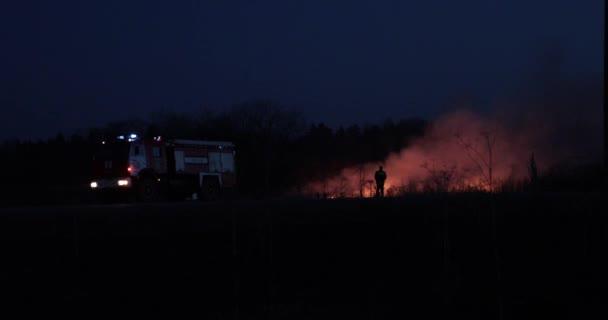 zaparkované hasičské auto s majákem za kouř