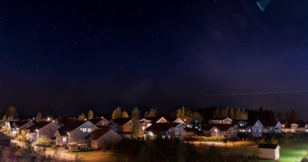Hvězdné nebe nad domy timelapse video Kerava, Finsko