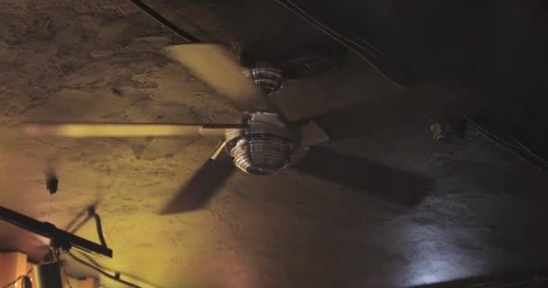 ventilador de techo en un cuarto oscuro oscuro — Vídeo de stock ...