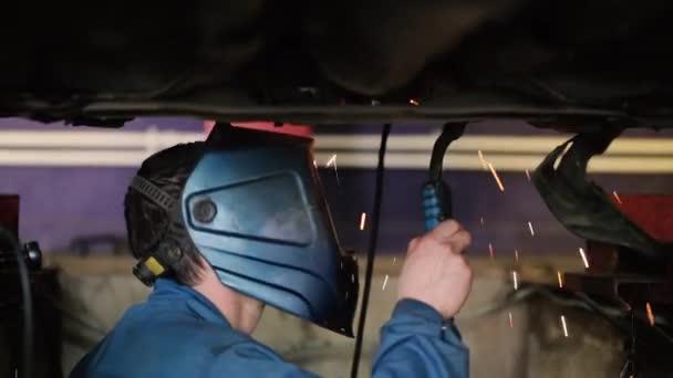 Svářeče pracující pod auto