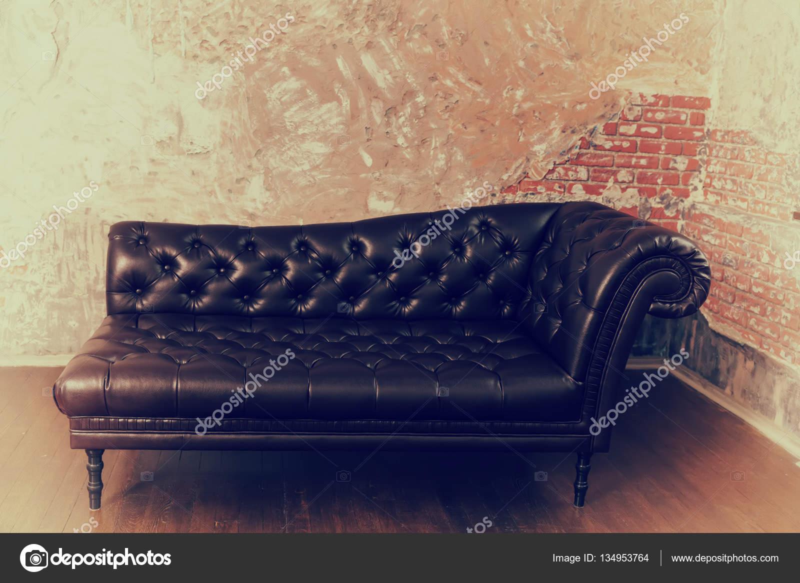 Leerbank in de engelse stijl in de kamer met oude vintage b