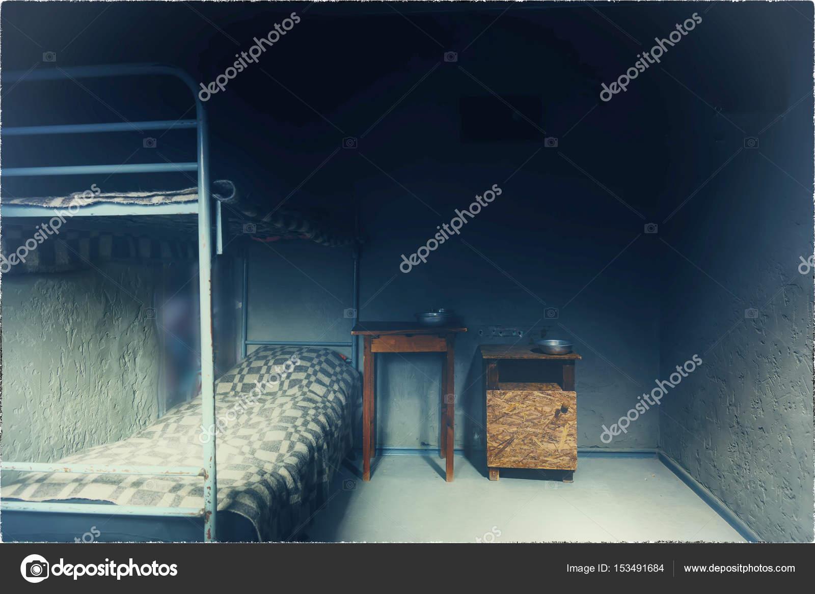 Cellule De La Prison Vide Avec Lit Superpose En Fer Et Table De