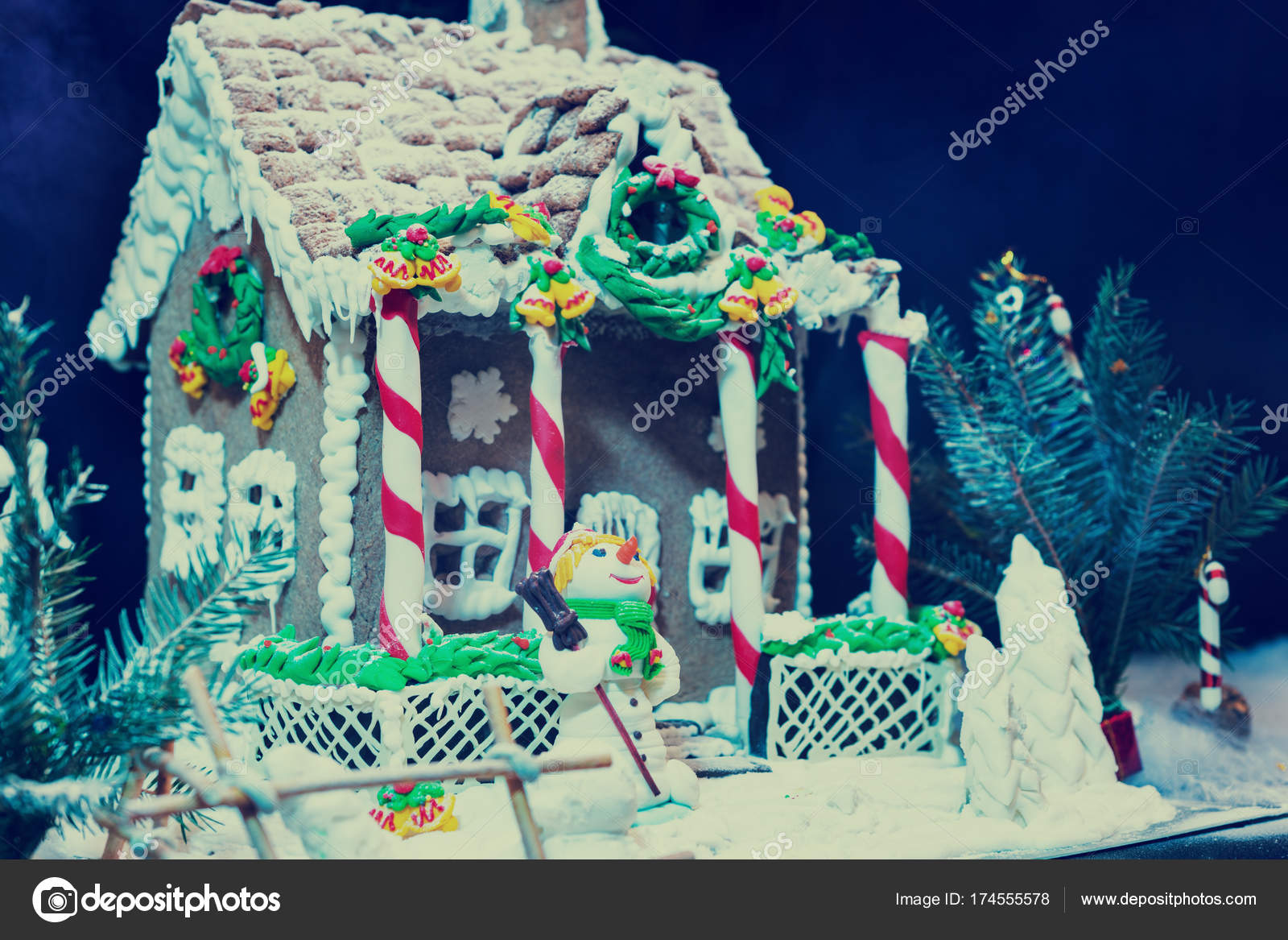 Casa de jengibre grande deliciosa, ramita de árbol de Navidad y una ...