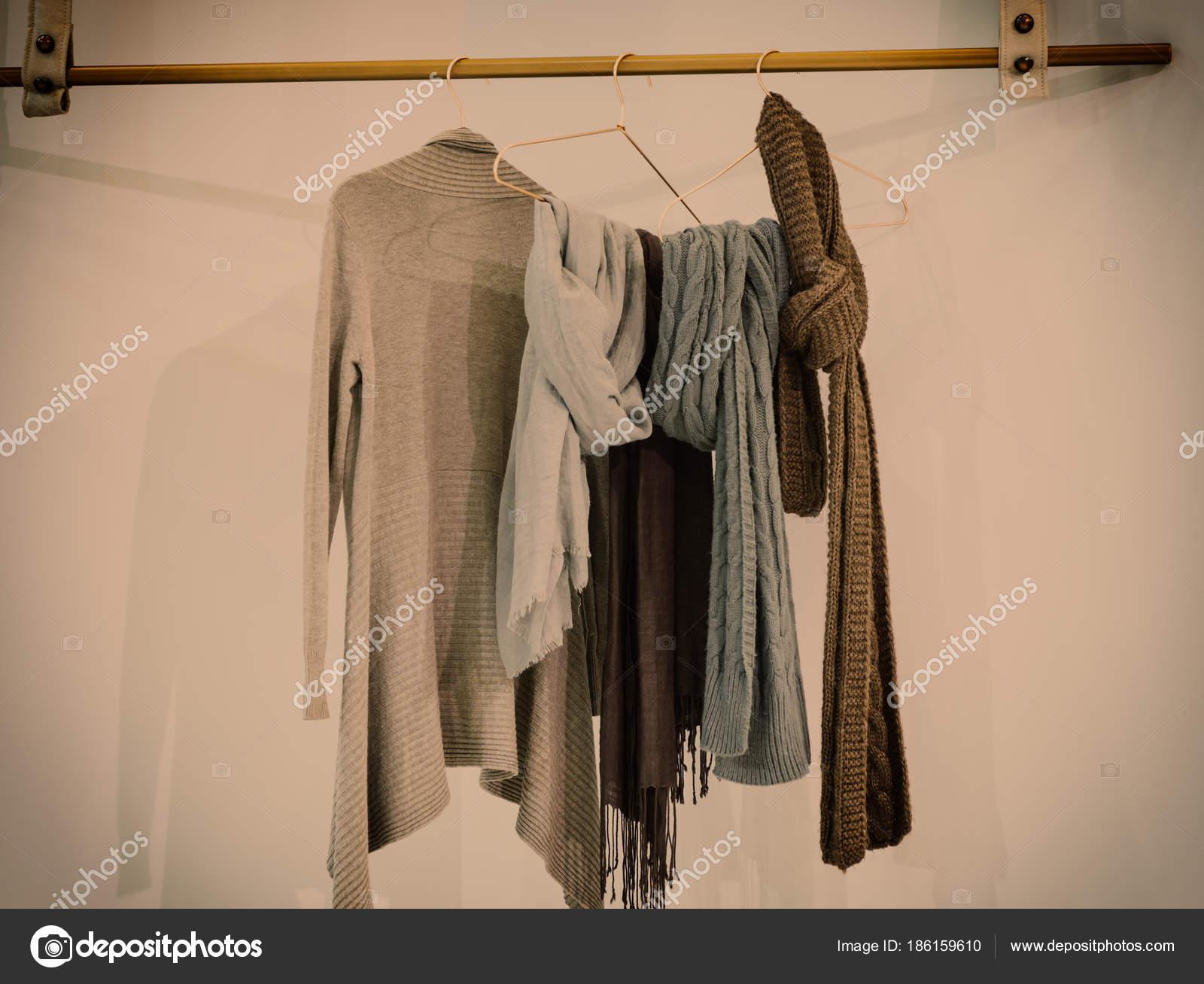 Garde Robe De Style Moderne Avec Des Vetements Suspendus Sur Des