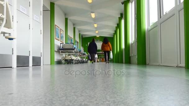 Dvě ženy v nemocniční chodbě