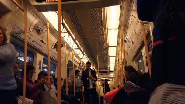 Cestující uvnitř vozu metra Londýn