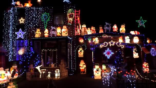 Průčelí domu zdobené vánoční osvětlení