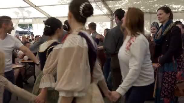 Taneční umělci s davem