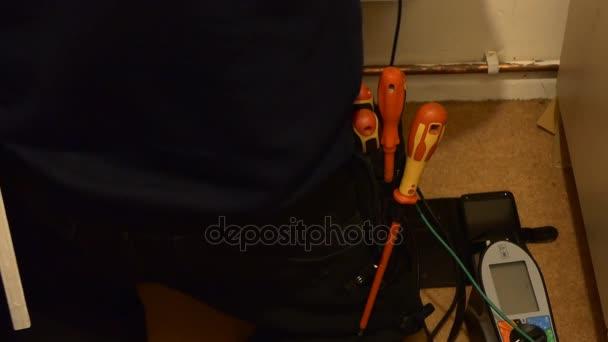 Elektrikář, práce testování v domě rozvody