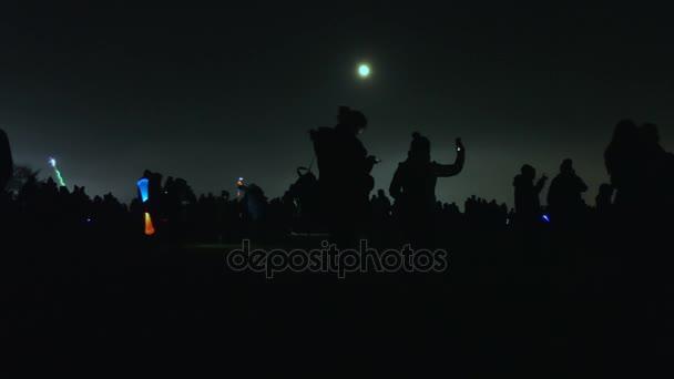 Dav a měsíc ve tmě