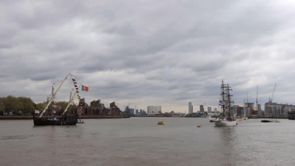Londoni panoráma a vízszint, két vitorlás hajó lehorgonyzott a Temze, épületek és építési daruk a háttérben