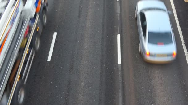 Režijní pohledu osobních a dodávkových vozidel, jízdě na silnici tři lane, rozmazané