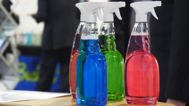 Ügyfél, vagy vásárló vitat színes a színes tisztítási terméket kereskedő