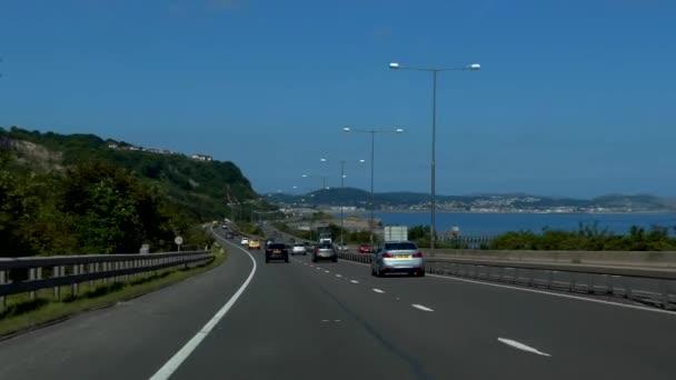 Severní Wales, Velká Británie - červen 2017: Auto řidič nebo cestující pov dálnice A55 jízdy Colwyn Bay na pobřeží Severního moře