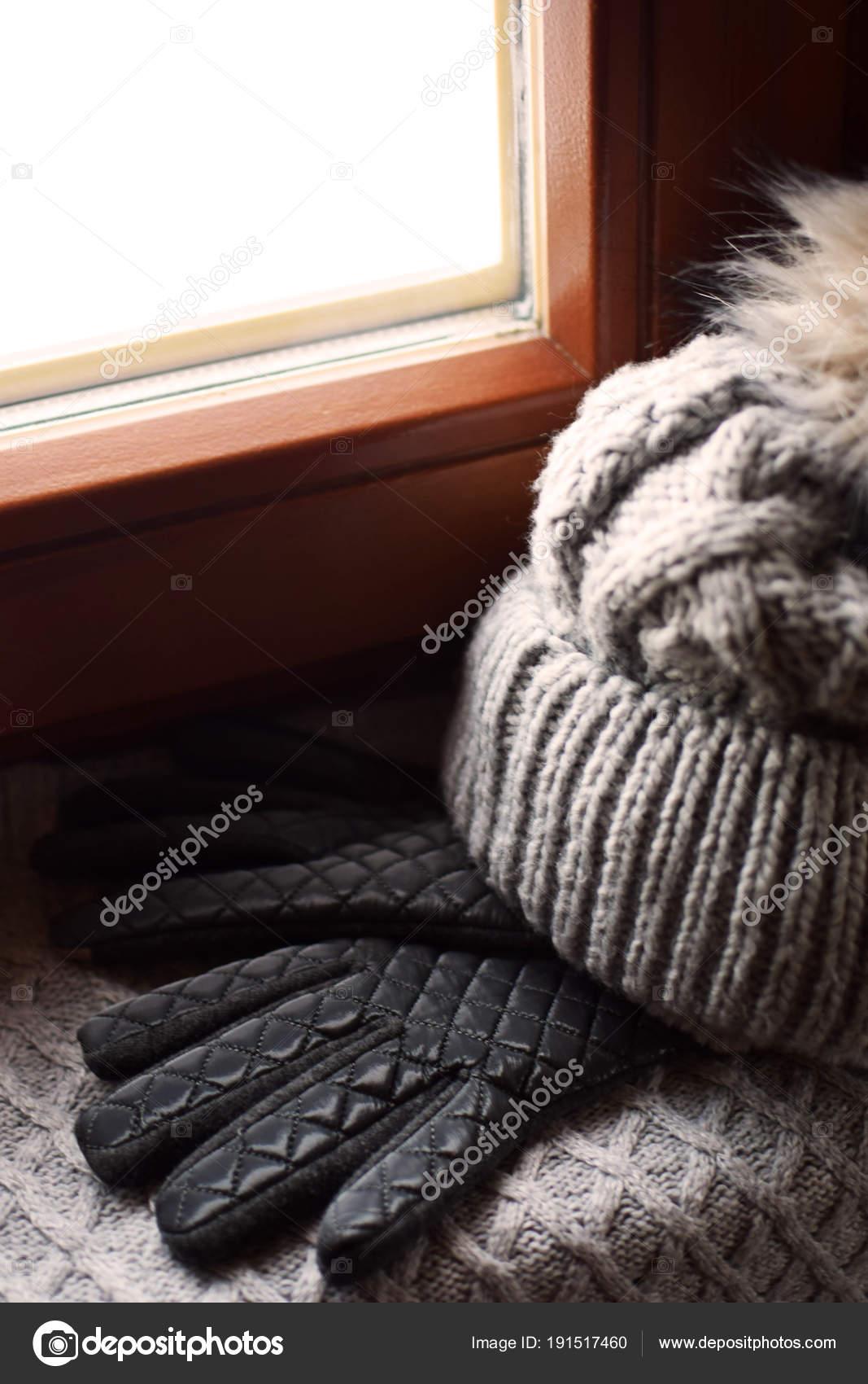 Gris en laine écharpe, gants et bonnet à pompon de fourrure sur le rebord  de la fenêtre. Fond de nature morte hiver avec accessoires chaleureux à  fenêtre en ... 345e1e528bf
