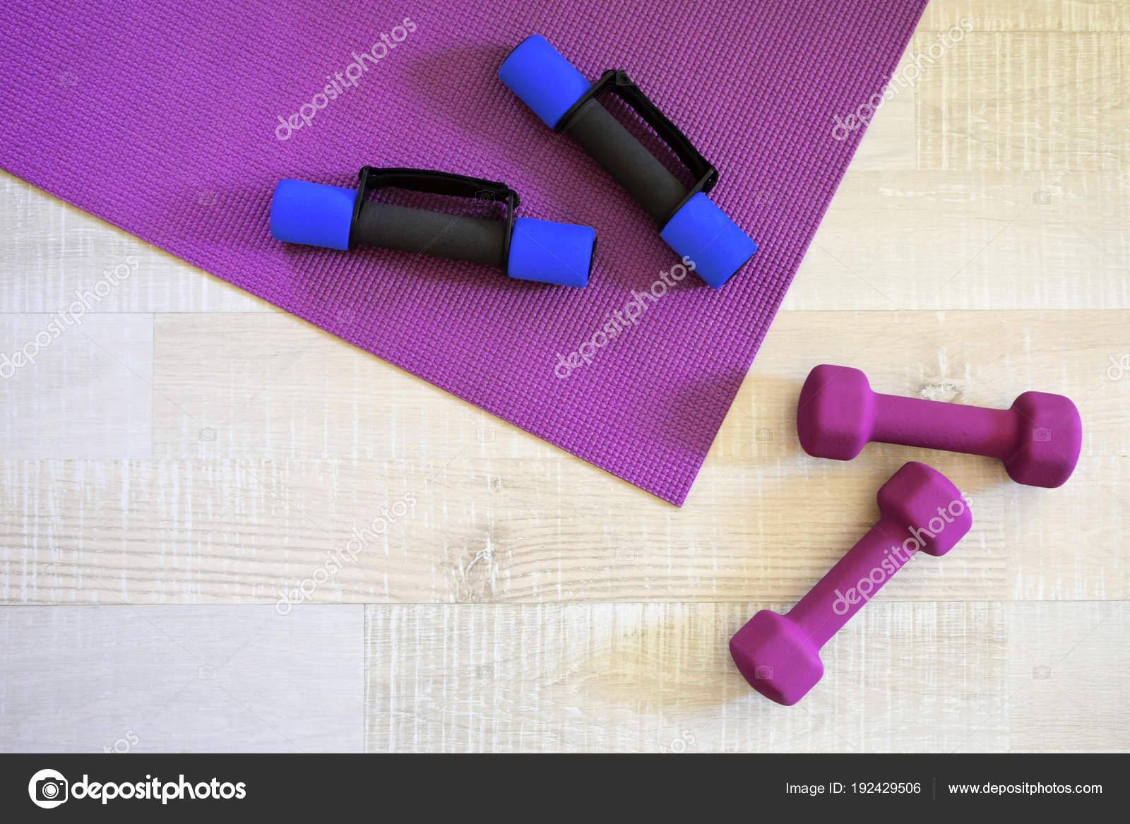 Tapis Yoga Violet Quatre Haltères Sport Sur Bois Clair ...