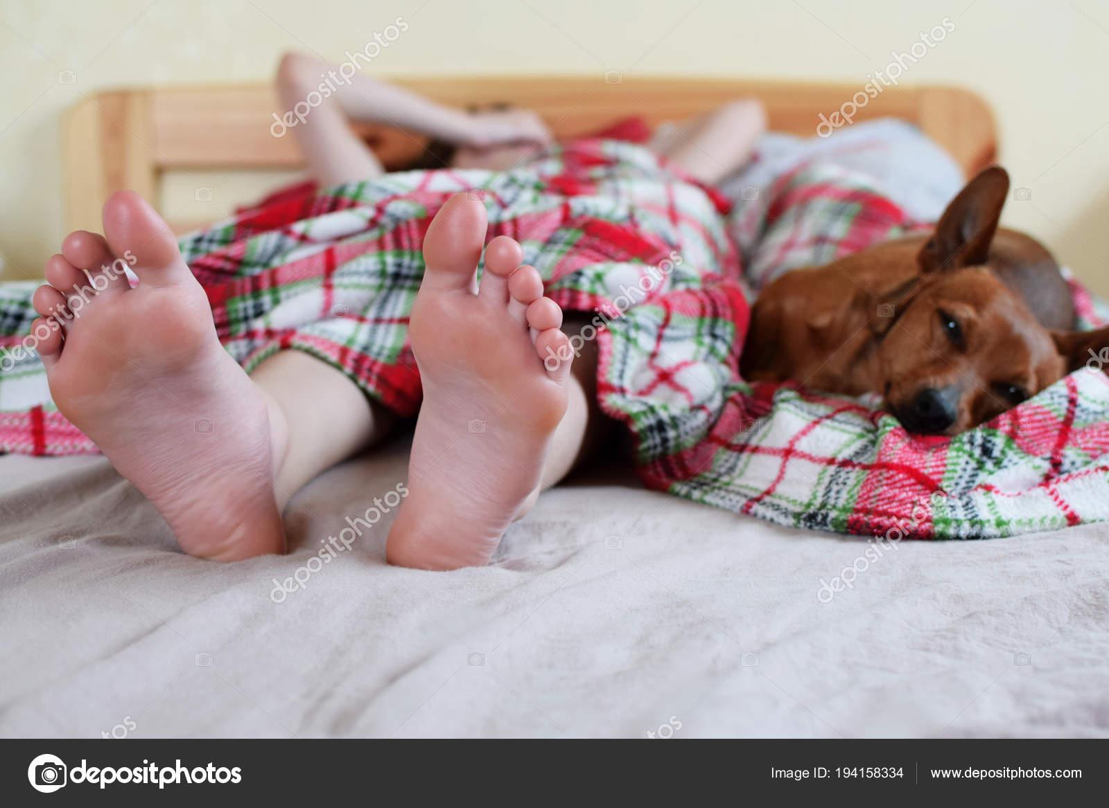 Teenager Mädchen Füße Beim Aufwachen Morgens Auf Breite