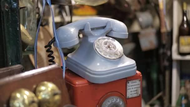 Dolly pravý snímek modrého vinobraní rotační telefon na prodej na bleší obchod