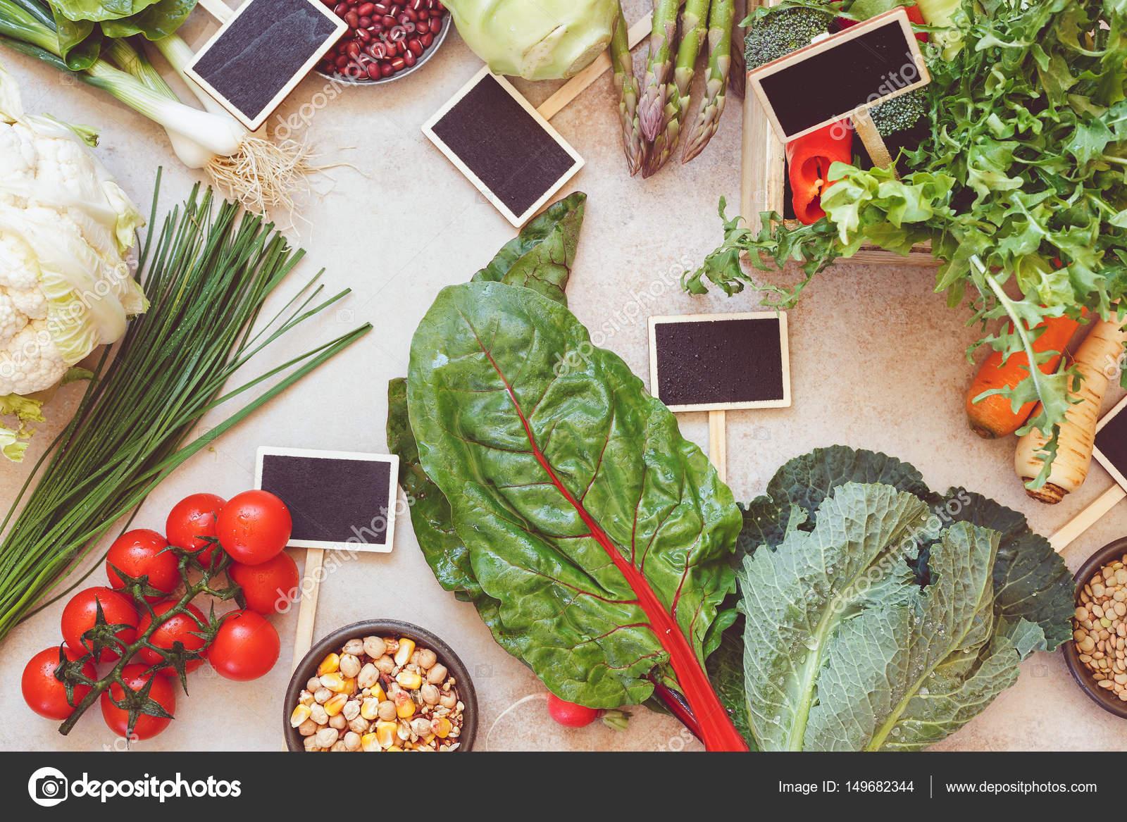 Marco vegetal de manantial y pizarra en blanco etiqueta de menú o ...